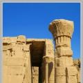 荷  魯  斯  神  廟