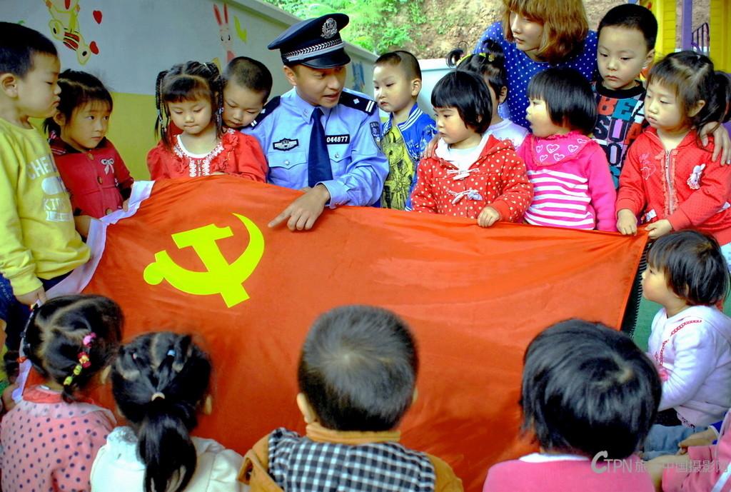 《给留守儿童讲革命传统》