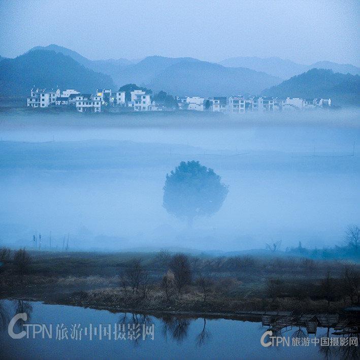 山村的黎明.jpg