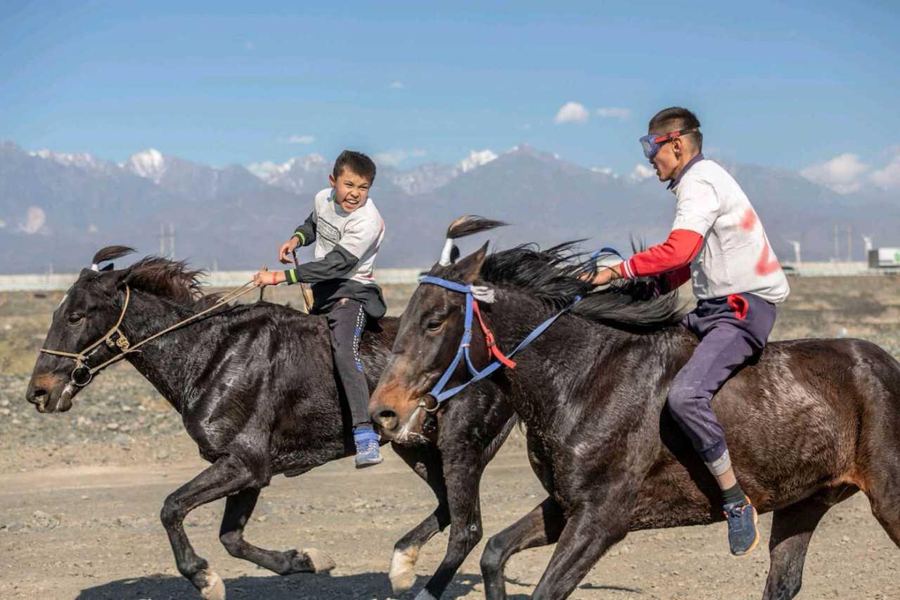 哈萨克族的赛马活动