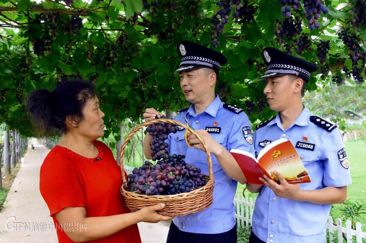 【红色影像】《警民帮扶结硕果》_3367.JPG