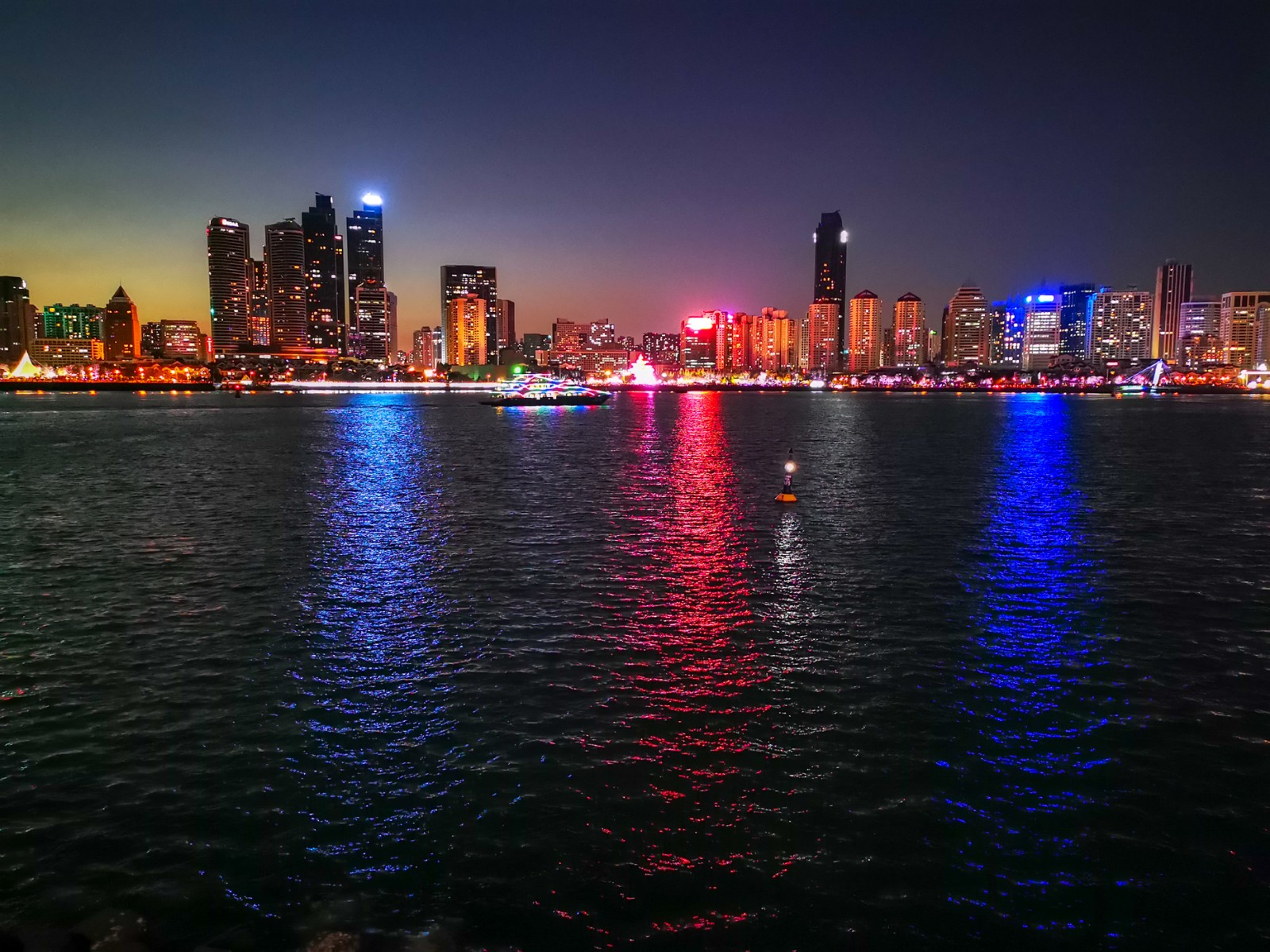 灯光璀璨浮山湾