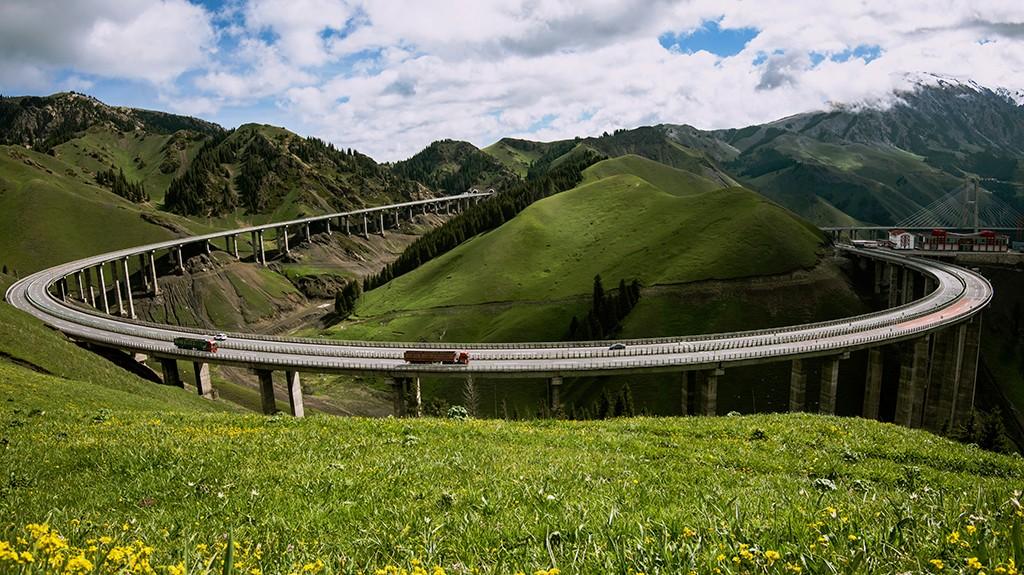 新疆天山深处果子沟大桥风采