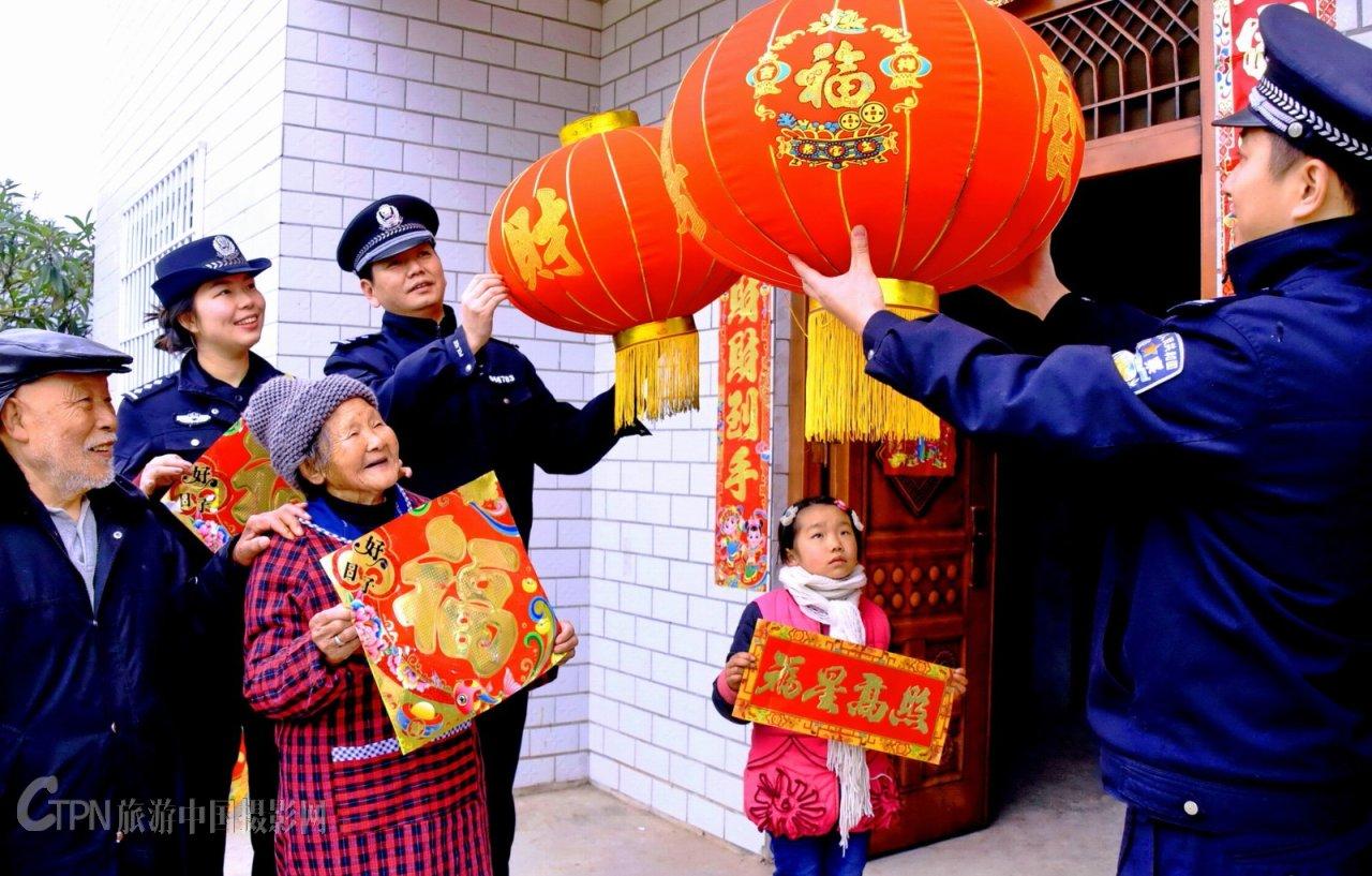 04-《大红灯笼表情意警民一家庆新年》_6856.JPG